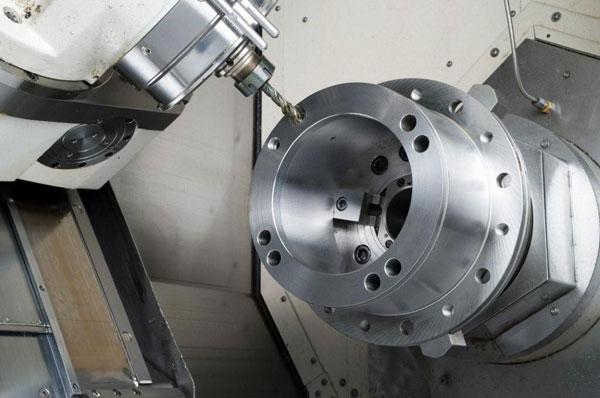 Lavorazione di una bussola in acciaio bonificato tornitura, foratura e filettatura a 45° su MAZAK-INTEGREX 5 assi